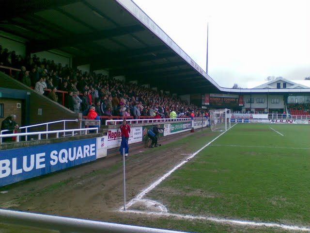 A_packed_terrace_against_Kettering.jpg